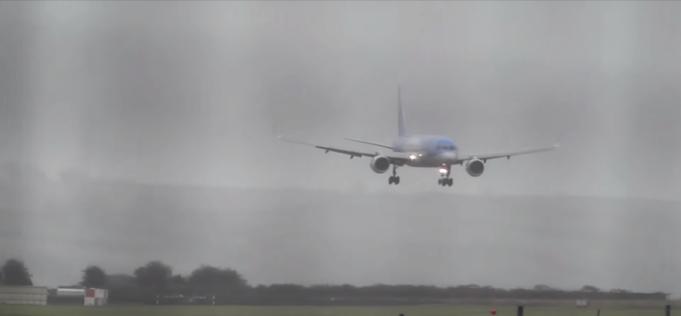Pilot lands in 40-knot crosswinds at Bristol